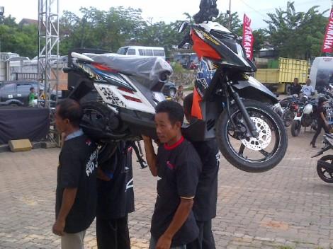 Lomba angkat motor X-Ride (1)