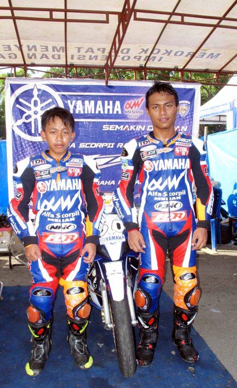 Duo pembalap tim Yamaha Alfa Scorpii NHK TDR - Deri Satiasunarso (kiri - pole position YCR6) dan M Irvansyah Putra (kanan - pole position YCR3 dan YCR4)